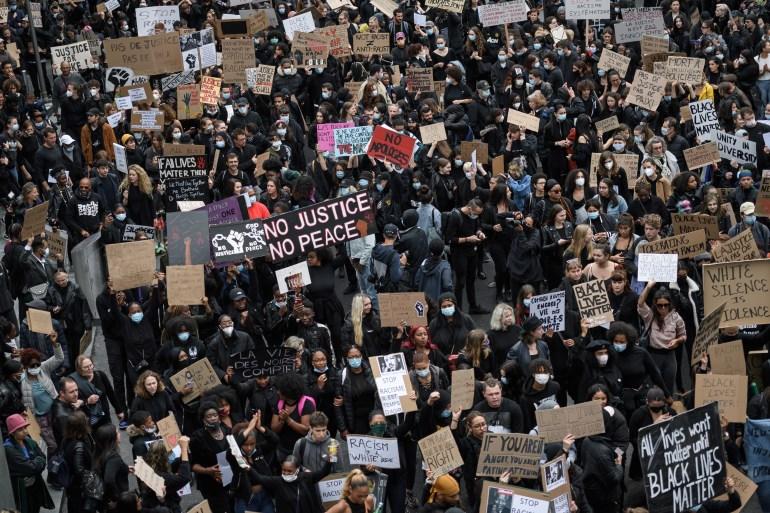 La mayoría de los asistentes en Lausana vistió de negro y muchos usaron mascarillas