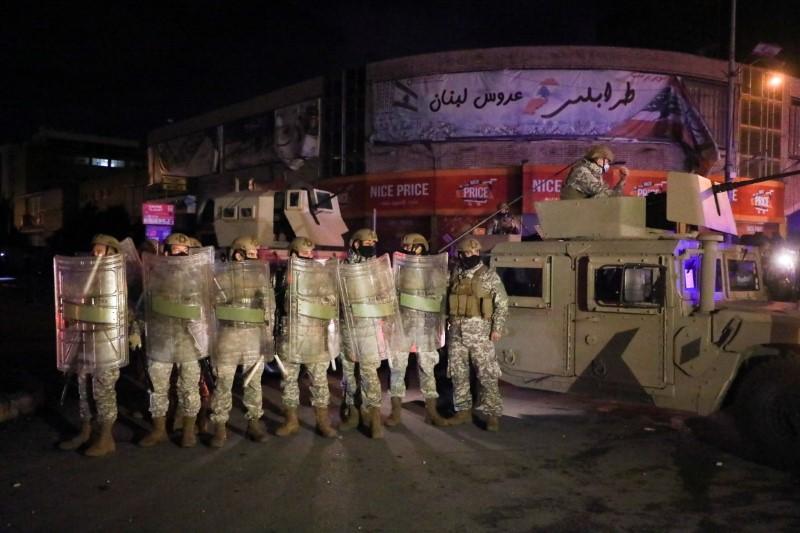 Mitglieder der libanesischen Armee werden während eines Protests gegen die Sperrung und die Verschlechterung der wirtschaftlichen Bedingungen inmitten der Ausbreitung der Coronavirus-Krankheit (COVID-19) in Tripolis, Libanon, am 29. Januar 2021 eingesetzt. REUTERS/Mohamed Azakir/File Photo
