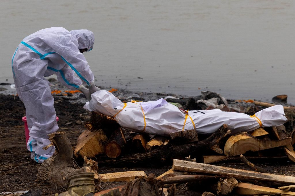 WATCH: Wow: Two Men Prepare To Dump The Dead Body Of A COVID-19 Patient Into A River In India!