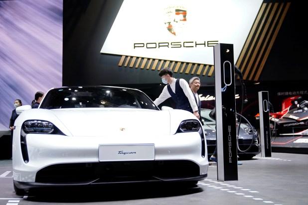 Un vehículo eléctrico Porsche Taycan (EV) se ve exhibido durante un día de medios para el show de Auto Shanghai en Shanghai, China, el 20 de abril de 2021. REUTERS/Aly Song