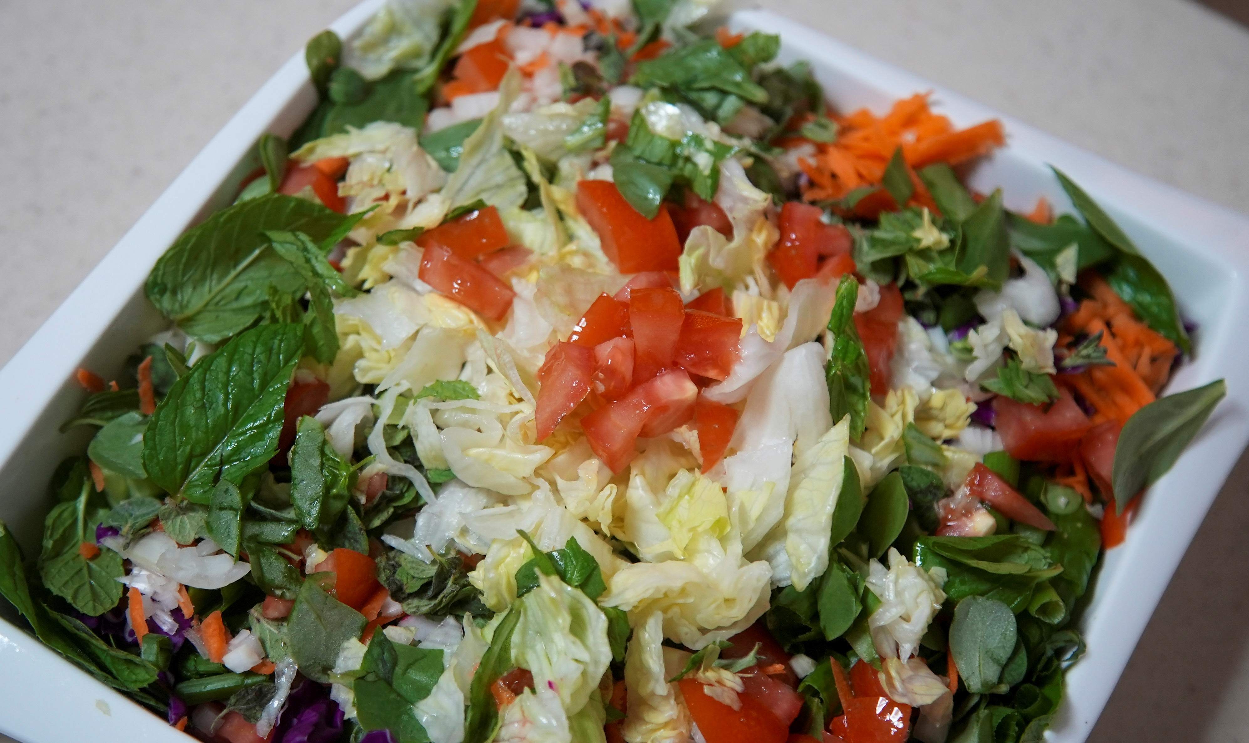 Ein Teller mit Fattoush, einem beliebten Salat, ist am 13. April 2021 in Hala Sheikhs Haus in Beirut, Libanon, zu sehen. REUTERS / Issam Abdallah