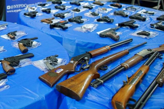 Silahlar, New York Şehri Polis Departmanı (NYPD) tarafından ABD'nin New York şehrinin Queens ilçesinde düzenlenen bir silah geri alım etkinliğinin ardından sergileniyor, 12 Haziran 2021. REUTERS/Eduardo Munoz
