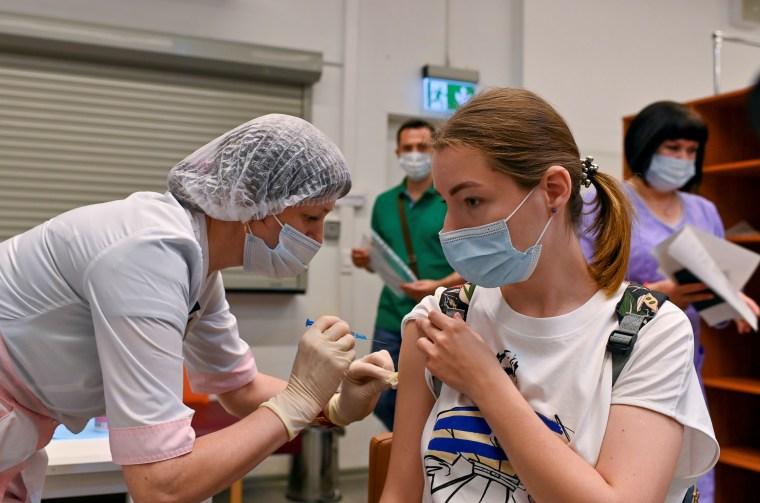 Una mujer recibe una dosis de la vacuna Sputnik V (Gam-COVID-Vac) contra la enfermedad del coronavirus (COVID-19) en un centro de vacunación en un centro comercial en Omsk, Rusia, el 29 de junio de 2021. REUTERS / Alexey Malgavko / Foto de archivo