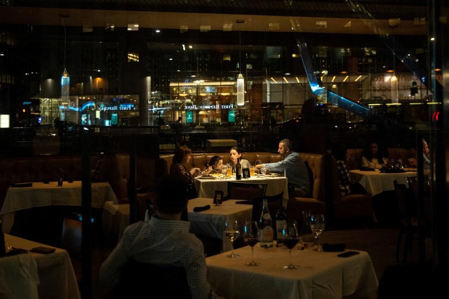 Uma família janta em um restaurante durante o surto da doença coronavírus (COVID-19) no bairro de Manhattan na cidade de Nova York, Nova York, EUA, 25 de março de 2021. REUTERS / Jeenah Moon / Foto de arquivo