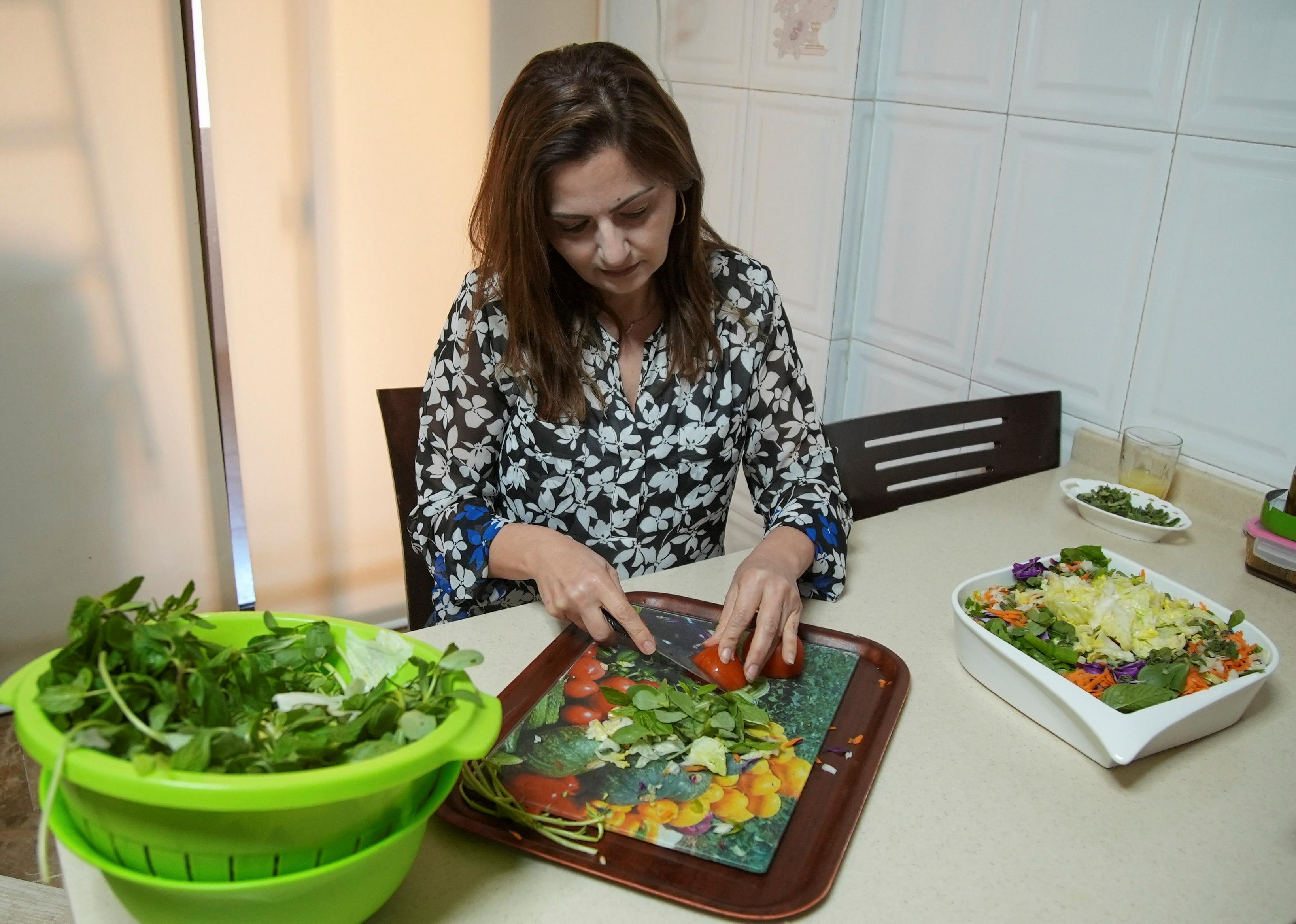 Hala Sheikh bereitet Fattoush, einen beliebten Salat, in ihrem Haus in Beirut, Libanon, am 13. April 2021 zu. REUTERS / Issam Abdallah