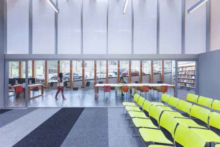 Press kit | 2570-01 - Press release | New York Public Library Stapleton Branch - Renovation and Expansion - Andrew Berman Architect - Institutional Architecture - View from community room to adult area<br> - Photo credit: Naho Kubota