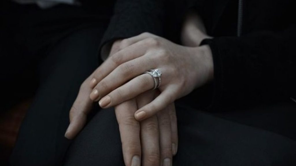 Sophie Turner ring close up 1280x720 1