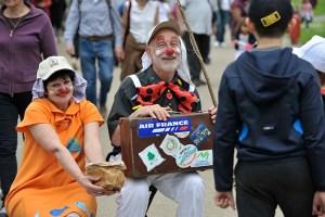Lâcher de clowns au près-la-rose 5 mai 2013 jfl047