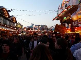Viele Menschen auf dem Volksfest
