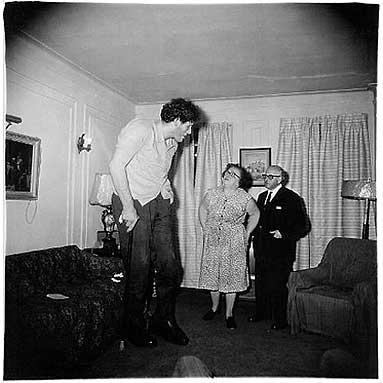 Gigante judio en casa con sus padres en el Bronx
