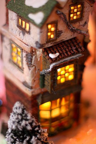 The warm glow of a winter house, por kevin dooley