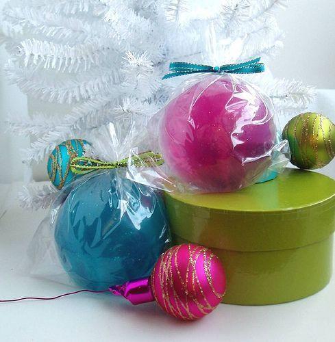 Glittery Glass Ornament Soaps, por soapylovedeb