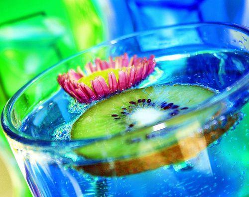 Fabulous Blue Kiwi Drink and Flower, por Pink Sherbet Photography