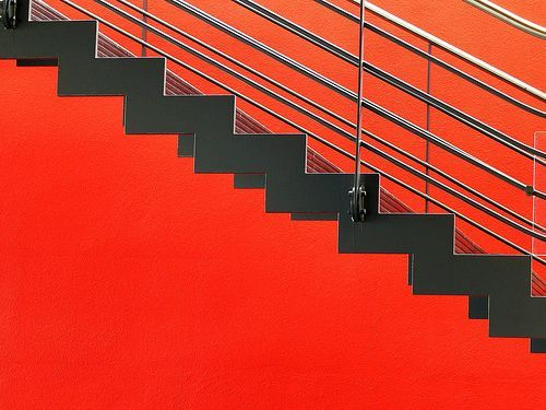 Black stairs on a red background., por hiddedevries