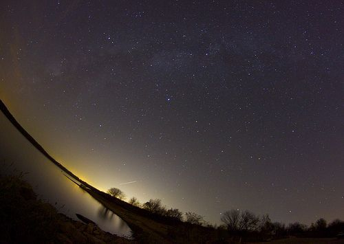 milky way over lake, por davedehetre