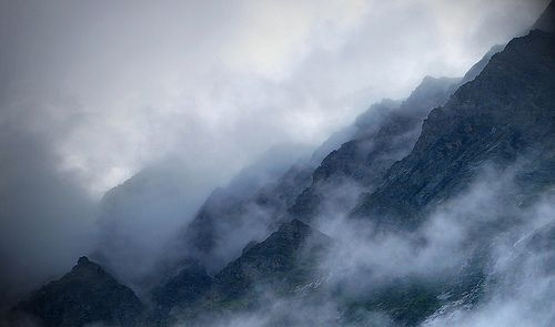 Far over the Misty Mountains cold..., por Himalayan Trails