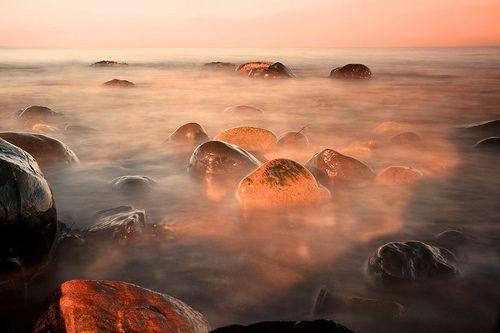 Water Drops on Burning Rocks, por overgraeme