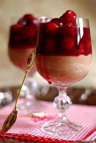 Chocolate-Cinnamon Mousse with Cherries, por Vita