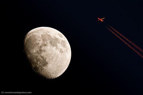 Commercial jetliner in sunlight flies close of moon!, por Howard Ignatius