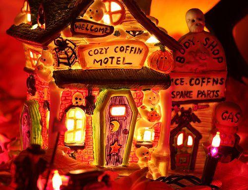 Cozy Coffin Motel, por Kevin Dooley