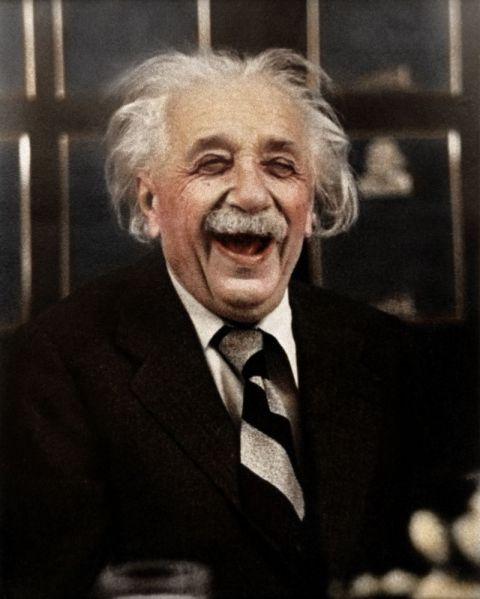 Albert Einstein riendo durante una cena, por zuzahin