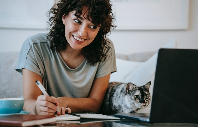 15 Explicaciones por las que tu gato podría estar obsesionado contigo