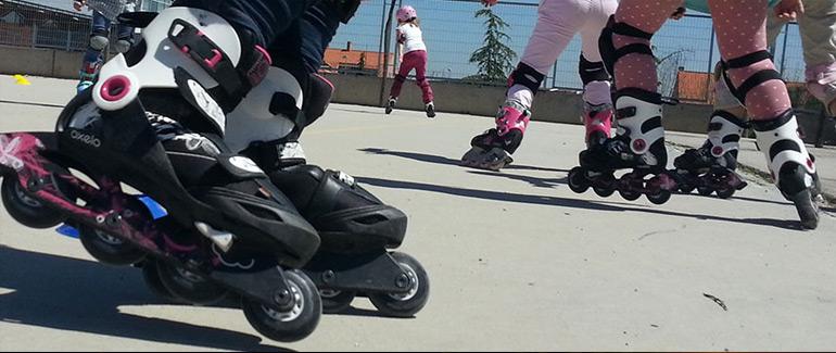 Alumnos de un colegio patinando