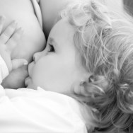 Alăptarea prelungită | 7 beneficii majore pentru bebe