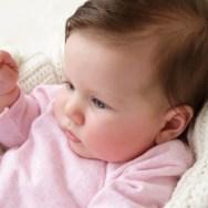 Cum îl ajutăm pe bebe să stea bine în funduleț?