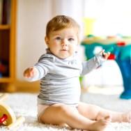 Cum îl ajutăm pe bebe să stea bine în funduleț? Ce poziții sunt recomandate de medici