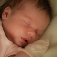De ce să NU punem mănuși nou născutului