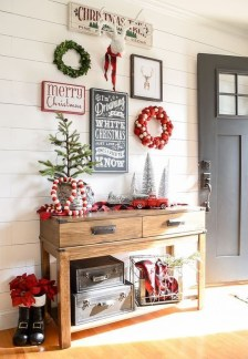 Unordinary Farmhouse Christmas Entryway Design Ideas For The Amazing Looks13