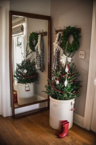 Unordinary Farmhouse Christmas Entryway Design Ideas For The Amazing Looks21