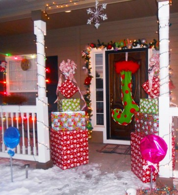 Newest Christmas Door Decoration Ideas You Must Try Right Now17