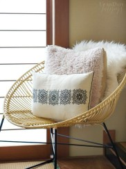 Spectacular Winter Décor Ideas With Textiles That You Need To Try05
