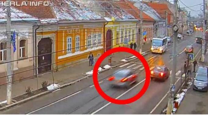 Video Cluj. Un șofer cu viteză, a făcut accident, apoi a tăiat-o pe trotuar, printre pietoni și a dispărut, în Gherla 1
