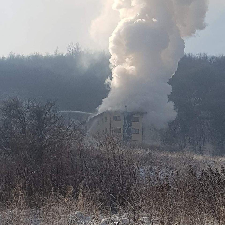 """Foto Cluj. """"Eroii zilei de azi! Pompierii din detașamentele Cluj-Napoca și punctul de lucru Floreşti, au lichidat incendiul provenit la un bloc cu 3 etaje..."""" 2"""