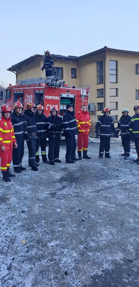 """Foto Cluj. """"Eroii zilei de azi! Pompierii din detașamentele Cluj-Napoca și punctul de lucru Floreşti, au lichidat incendiul provenit la un bloc cu 3 etaje..."""" 3"""