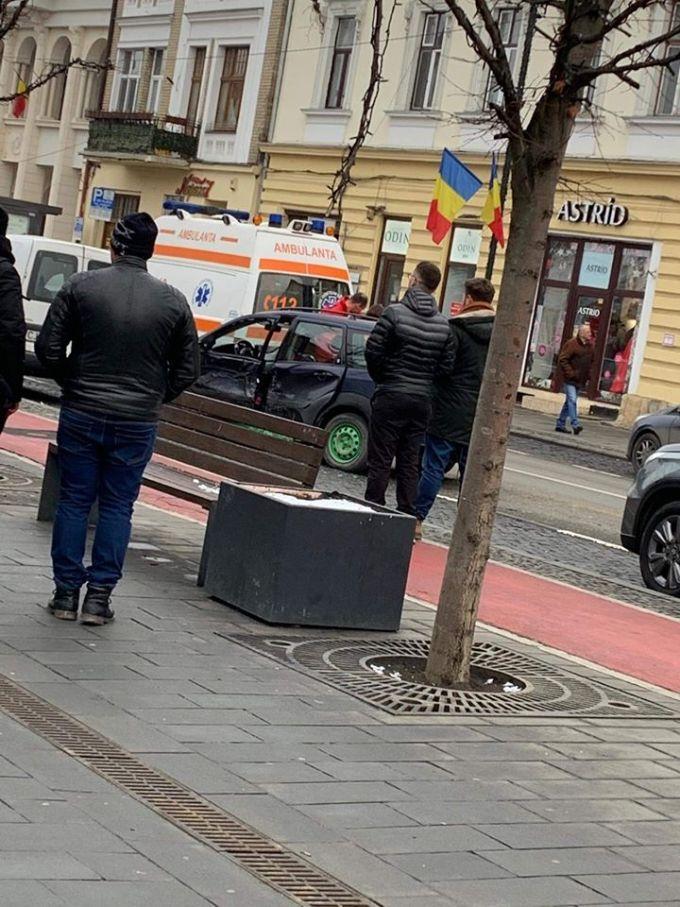 """(Foto) Accidente Cluj. Marius: """"Două mașini implicate și una colaterala de pe trotuar. Pasagera din Golf, o doamna mai în vârstă, era puțin amețita de la airbag..."""" 5"""