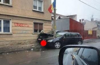 Accident Cluj. Un Jeep a nimerit după stâlp din cauza unui Golf, pe strada București 8