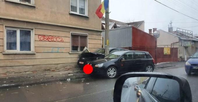 Accident Cluj. Un Jeep a nimerit după stâlp din cauza unui Golf, pe strada București 9