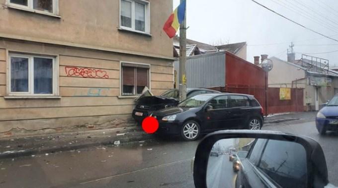 Accident Cluj. Un Jeep a nimerit după stâlp din cauza unui Golf, pe strada București 1
