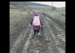 """Video Cluj. Fetița se încăpățânează să meargă la școală prin noroaie. """"De-abia ne tragem piciorele după noi de noroi"""". Dacă aveți copii mofturoși cu școala arătați acest video cu o fetiță care se încăpățânează să meargă zilnic la școală prin noroaie, unde doar tractoarele pot trece 5"""
