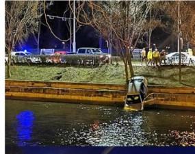 """(Foto) Accident Cluj. Mașină căzută în Someș, lovită puternic. Delia: """"In 3 secunde de la impact, au sărit vreo 10 oameni din mașini sa ajute. Absolut impresionant! De la 112 am fost redirecționată rapid la pompieri ..."""" 19"""