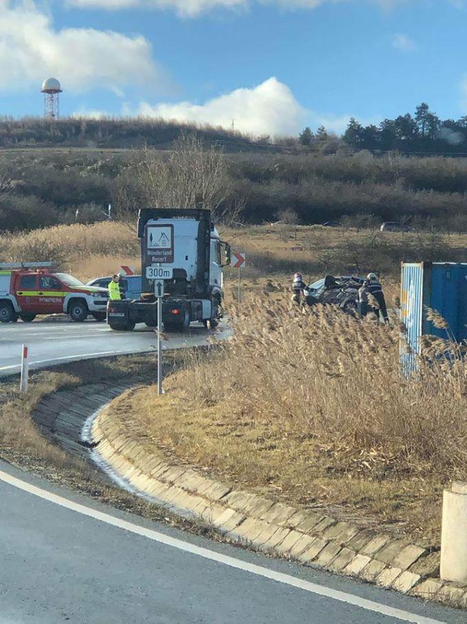 """(Foto) Accident Cluj. Mașină răsturnată la urcare spre Feleac.  """"Mașină întoarsă cu susu'n jos in curba la Aroma, sensul de urcare..."""" 3"""