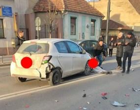 """Accident Cluj. Femeie lovită de mașină, pe Moților. Antonia: """"Daca e sa se întâmple, se întâmplă...5 minute am stat azi la o trecere de pietoni sa aștept sa ma lase cineva sa trec Pe Clinicilor (trecere nesemnalizată de semafor, dar era trecere de pietoni).Fiind fără ..."""" 31"""