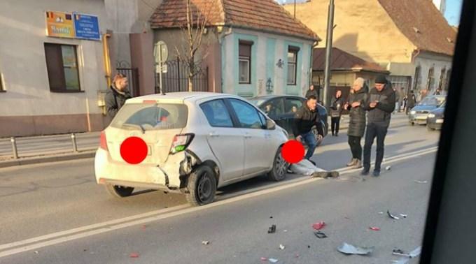 """Accident Cluj. Femeie lovită de mașină, pe Moților. Antonia: """"Daca e sa se întâmple, se întâmplă...5 minute am stat azi la o trecere de pietoni sa aștept sa ma lase cineva sa trec Pe Clinicilor (trecere nesemnalizată de semafor, dar era trecere de pietoni).Fiind fără ..."""" 1"""