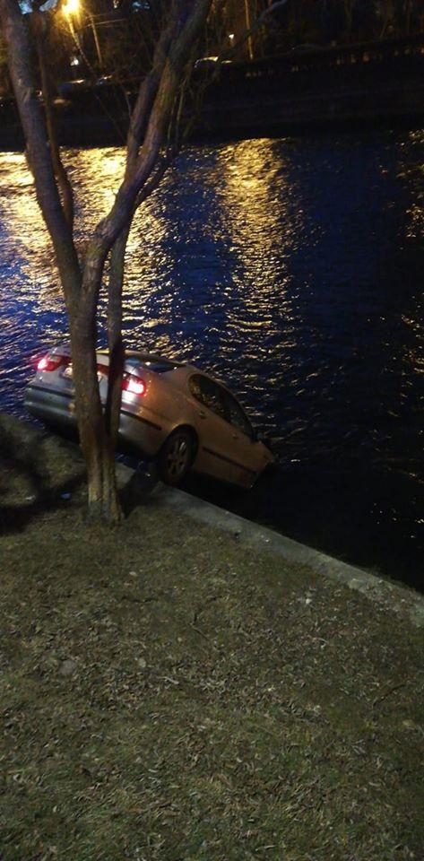 """(Foto) Accident Cluj. Mașină căzută în Someș, lovită puternic. Delia: """"In 3 secunde de la impact, au sărit vreo 10 oameni din mașini sa ajute. Absolut impresionant! De la 112 am fost redirecționată rapid la pompieri ..."""" 2"""