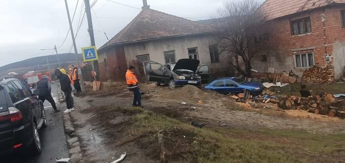 (Foto) Accident Cluj. Patru autovehicule s-au ciocnit la Vâlcele. Două persoane au fost transportate la spital 10