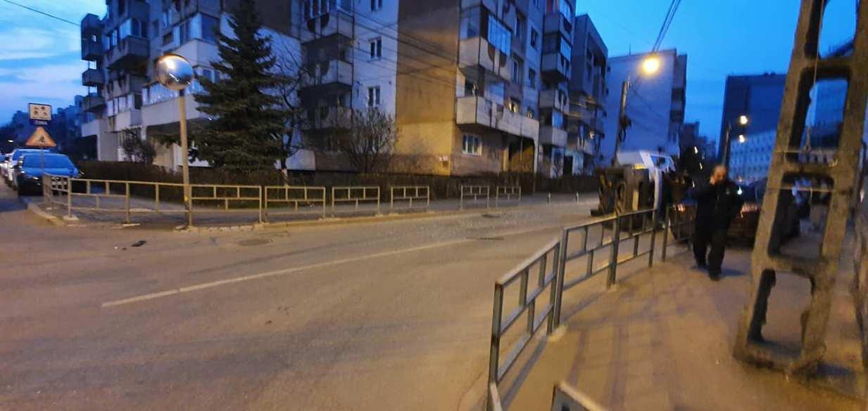 (Foto) Accident Cluj. Mașină răsturnată în intersecție, după ce s-a lovit de un taxi 2